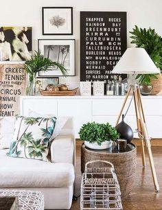 Hübsches Wohnzimmer mit Tropical Print-Kissen, vielen Pflanzen und einer tollen Bildergalerie ♥