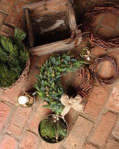 Krásnou druhou adventní neděli 🕯🕯 Máme tu další půlený věnec ☺️ Tentokrát v jednoduché kombinaci pestře zelených thůjí, normandské jedličky… Grapevine Wreath, Grape Vines, Terrarium, Advent, Wreaths, Christmas, Diy, Home Decor, Terrariums