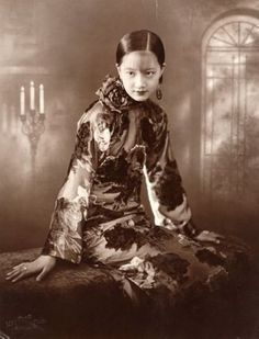 mad-moiselle-bulle:  Film star and singer Zhou Xuan in the 1920's.