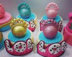 Pasta de bolos 6th Birthday Parties, 9th Birthday, Birthday Party Decorations, Girl Birthday, Party Themes, Surprise Birthday, Party Ideas, Pixar Cars Birthday, Cupcakes Decorados