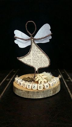 Guardian angel made of paper wire on a small tree-disk! Wire Crafts, Fun Crafts, Diy And Crafts, Paper Crafts, Alice Tv, Paper Mache Sculpture, Wire Sculptures, Wire Flowers, Angel Crafts