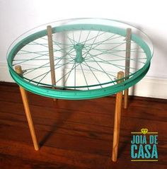 Mesa feita com roda de bicicleta e cabos de vassoura. Table made with bicycle wheel and broomsticks. Recycled Furniture, Furniture Projects, Furniture Makeover, Home Projects, Diy Furniture, Recycled Art, Repurposed, Outdoor Furniture, Upcycled Home Decor