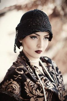 Idda van Munster: Dark Flapper Look by Nina and Muna 1920 Makeup, 1920s Makeup Gatsby, Flapper Makeup, 20s Fashion, Retro Fashion, Vintage Fashion, Victorian Fashion, Fashion Trends, Vintage Mode
