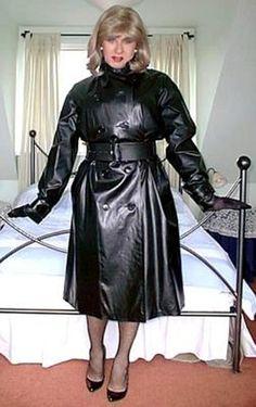 I sobel in her shiny rubber raincoat Black Raincoat, Pvc Raincoat, Plastic Raincoat, Hooded Raincoat, Rubber Raincoats, Raincoats For Women, Rain Fashion, Leather