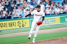 Baekhyun - 150616 SK Wywerns vs Hanwha Eagles opening pitch