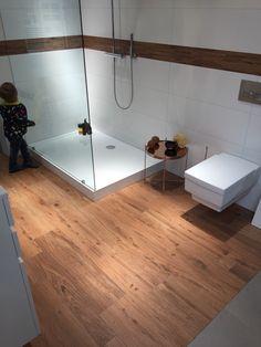 Fliesenzentrum: Genau diese Kombi - Holzfliesen auf dem Boden und dann weiße 30x60 Fliesen an der Wand (ohne Mosaikbordüre)