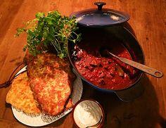 Mustig lammgryta med myntayoghurt och naanbröd. Den långa koktiden gör köttet härligt mört.