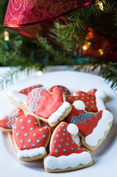 An easy Christmas Cookie Decorating Tutorial for  Hat and Mitten Cookies with step by step