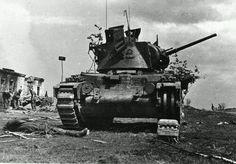 Подбитый советский танк британского производства «Матильда» и погибший член экипажа. 1942 год.  Слева на заднем плане солдаты немецкой 19-й танковой дивизии. В 1942 году 19-я тд вела бои в районе Юхнова, Ельни и Орла на Центральный фронте.