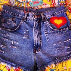 Shorts jeans / coração / rebites