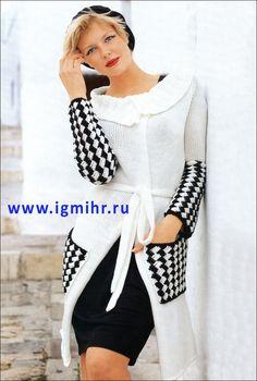 Модное белое пальто с двухцветным плетеным узором. Спицы