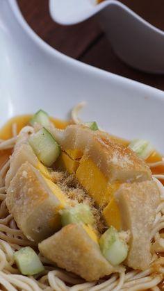 Pempek atau Empek-empek adalah makanan khas Palembang yang terbuat dari ikan yang dihaluskan dan sagu, serta beberapa komposisi lain seperti telur, bawang putih halus, penyedap rasa dan garam.