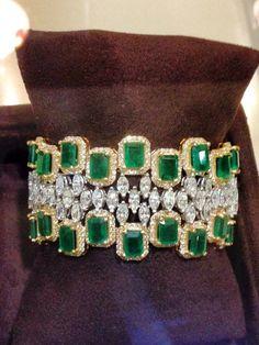 Here's some great diamond bangle bracelet :) Bracelet Cartier, Emerald Bracelet, Emerald Jewelry, Diamond Bracelets, Gems Jewelry, Jewelry Bracelets, Fine Jewelry, Bangle Bracelet, Bangles