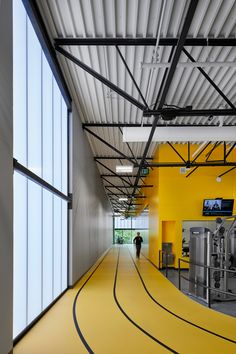 wellness center An elevated running track encircles this sports centre that Neumann Monson Architects has designed for the residents of Lone Tree, Iowa. Gym Interior, Office Interior Design, Office Interiors, Interior Design Inspiration, Fitness Design, Gym Design, Floor Design, House Design, Iowa