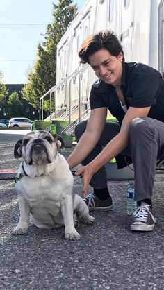 The fact that you can find like a thousand pics of Cole Sprouse with dogs prooves that he lives dogs, and I love yhat, cause I love dogs. Dylan Sprouse, Sprouse Bros, Cole M Sprouse, Bughead Riverdale, Riverdale Funny, Riverdale Memes, Lili Reinhart And Cole Sprouse, Zack Y Cody, Cole Sprouse Jughead