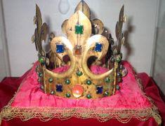 Hełmowa korona Kazimierza Wielkiego (ok. 1370). Zwieńczenie hełmu królewskiego.   Jedyna zachowana w całości polska średniowieczna korona podróżna. I jedna z trzech zachowanych w Europie koron hełmowych. Skarbiec katedralny, Kraków.