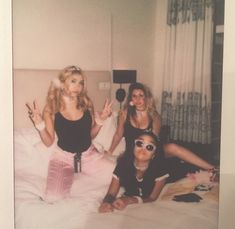 Is this Mary, Marlene and Dorcas? Or am I too drunk? Summer Aesthetic, Aesthetic Vintage, Aesthetic Photo, Aesthetic Pictures, Best Friend Pictures, Bff Pictures, Squad Pictures, Family Pictures, Fotografia Retro