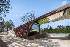 折线公园 – 麓湖生态城EOD绿色办公区1期湖岸改造 / GVL怡境国际设计集团 - 谷德设计网 Entrance Design, Entrance Gates, Gate Design, Facade Design, Dynamic Architecture, Minimalist Architecture, Architecture Design, Chengdu, Landscape Elements