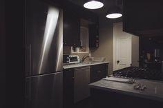 The Salt Deluxe: Ficar hospedado como um Nova Iorquino - Tudo Orna Nova, French Door Refrigerator, French Doors, Kitchen Appliances, Stay Alone, Diy Kitchen Appliances, Home Appliances, Kitchen Gadgets