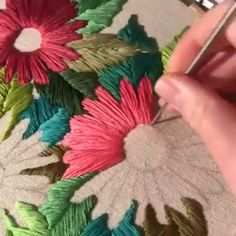 How to make hand embroidery step by step with free scratches to print: easy embroidery for beginners Learn to embroider by hand in a simple and easy way. How to make hand embroidery step by step with Hand Embroidery Videos, Embroidery Stitches Tutorial, Embroidery Flowers Pattern, Learn Embroidery, Sewing Stitches, Embroidery Hoop Art, Hand Embroidery Designs, Embroidery Techniques, Ribbon Embroidery