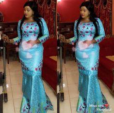 L'image contient peut-être: 2 personnes, personnes debout et intérieur African Bridesmaid Dresses, African Blouses, African Fashion Ankara, Latest African Fashion Dresses, African Dresses For Women, African Attire, African Outfits, African Traditional Wedding Dress, Kebaya
