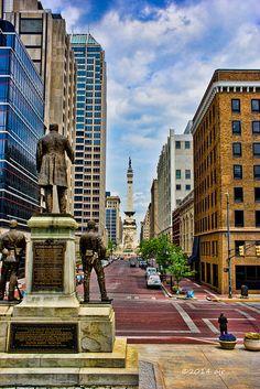 Dit is Indianapolis, de hoofdstad van Indiana. Indiana redelijk grote staat in de Verenigde Staten. De stad is groot en er zijn veel dingen te doen, daardoor komen er ook veel toeristen naartoe. Het grootste deel van het verhaal speelt zich hier af. Gus, Hazel en hun vrienden en familie wonen hier.
