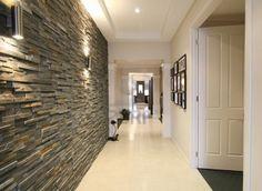 hall de entrada/parede revestida e iluminação