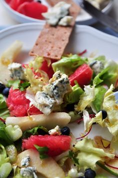 Sałata z gruszką, grejpfrutem i pikantną gorgonzolą | Make Cooking Easier