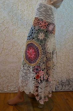 Re-purposed doilies skirt, would look great over a silk broomstick skirt! Crochet Skirts, Crochet Clothes, Diy Clothes, Look Boho, Bohemian Style, Boho Chic, Bohemian Skirt, Bohemian Fashion, Gypsy Skirt