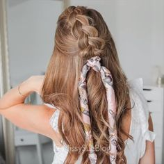 Best Braided Hairstyles - Braid Hairstyles with Tu On the basis of a simple Dutch braid you can create both everyday and evening hairstyles with your own hands. Below are step-by-step instructions for weaving a braid in Dutch and hairstyles from it. Cool Braid Hairstyles, Scarf Hairstyles, Wavy Hairstyles Tutorial, Hairstyles Videos, Hairstyle Short, Updo Hairstyle, Wedding Hairstyle, Hair Wedding, Wedding Dresses