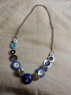 Bottoni blu, azzurri, bianchi e argento