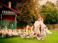 """W poszukiwaniu coraz to nowszych i barwniejszych koncepcji ślubnych często przeglądam setki zdjęć w portfolio zagranicznych fotografów. Tymczasem na naszym polskim """"podwórku"""" odbył się ślub - marzenie. Kolorowy, ludowy, niesamowity, dopracowany w  najdrobniejszym szczególe, a utrwalony na zdjęciach przez fotografa ślubnego, Łukasza Kota. Jestem przekonana, że zapiejecie z zachwytu!"""