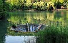 """8. Lacul Meledic(""""Lacul fără fund"""") """"Unic în lume, Lacul Meledic are aproape un hectar de luciu de apă dulce, în ciuda faptului că este așezat pe un masiv de sare. În subteranul acestuia se află Peștera Șase Iezi (n.r.- Peştera 6S Mânzăleşti)"""", prezintă site-ul Centrului de Informare Turistică Buzău. 7. Peștera Topolnița A doua ca …"""