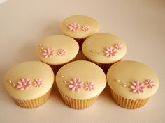 Mmm...Yummy Cakes have created theses lovely cupcakes.  So simple and so cute, love 'em :-)