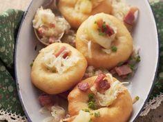 Hefeküchlein mit Speck und Sauerkraut ist ein Rezept mit frischen Zutaten aus der Kategorie Schwein. Probieren Sie dieses und weitere Rezepte von EAT SMARTER!