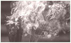 Veel wierook soorten zijn op meerdere chakra's werkzaam en werken op die manier op verschillende niveaus tegelijk. Hieronder een globale indeling van de diverse geuren die kunnen helpen bij het harmoniseren/openen/stimuleren van de diverse chakra's 1e chakra Basis chakra; (reuk, overlevingsdrang, stevigheid, aardend) Benzoe, Ceder, Cipres, Citronella, Den, Eikenmos, Jasmijn Lavendel, Magnolia, Mirre,Muskus, Frankincense, Patchouli, Roos, Salie, Vanille, Ylang ylang, Vetivert. 2e chakra…