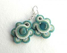 Soutache earrings, beaded earrings with green, blue and turquoise strips and beads Tutorial Soutache, Earring Tutorial, Thread Jewellery, Jewelry Art, Soutache Earrings, Crochet Earrings, Homemade Jewelry, Beading Tutorials, Jewelry Patterns