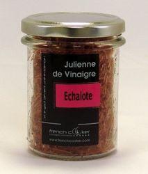 La Julienne de vinaigre à l'échalote de French Cooker est un vinaigre à la saveur d'échalote et de vinaigre, accompagnée d'une acidité équilibrée.                                                     Elaborée à base de vinaigre de vin, de cassonade, de gélifiant naturel, d'échalotes et de sel de Guérande, elle est conçue pour agrémenter les salades, sandwichs, risotto, viandes, crustacés et fruits de mer. @LSA INNOVATION -