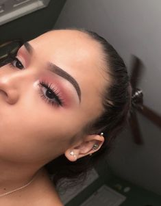 Look de Maquillage: Rose pêche - Prom Makeup For Brown Eyes Glam Makeup, Eye Makeup Glitter, Prom Eye Makeup, Pink Eyeshadow Look, Baddie Makeup, Prom Makeup Looks, Homecoming Makeup, Pink Makeup, Cute Makeup