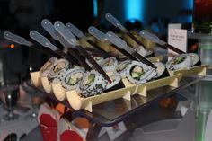 Station de sushis et pipettes de sauce soya www.legeorge-v.com Food Stations, Sushi Recipes, Beach Club, Got Married, Tablescapes, Buffet, Meet, Plates, Display