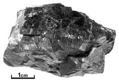 Galena. Mineral sulfeto de chumbo (PbS). É um mineral/minério de chumbo. A amostra é do município de Adrianópolis na região nordeste do Estado. Geologia na Escola - Mostruário - Serviço Geológico do Paraná - Mineropar