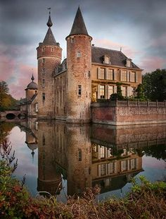 Gravenwezel Castle, locally known as Kasteel 's-Gravenwezel, lies east of the village with the same name, just north-east of the city of Antwerp, Belgium Beautiful Castles, Beautiful Buildings, Beautiful Places, The Places Youll Go, Places To See, Patina Farm, Visit Belgium, Belgium Europe, Les Continents
