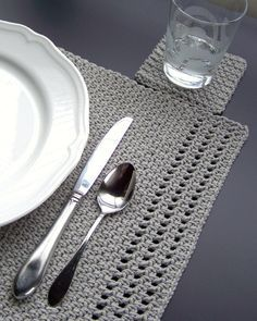 Simple yet elegant – crochet these placemats and coasters. Simple yet elegant – crochet these placemats and coasters. Crochet Gifts, Crochet Hooks, Free Crochet, Crochet Placemat Patterns, Knitting Patterns, Placemat Ideas, Crochet Mignon, Crochet Home Decor, Crochet Decoration