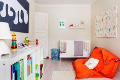 Oscar on tehnyt itse vihreän käsitaulun. Lintutaulun kangas on lastenhuone.fi:stä, ja Eero Aarnion virtahepokangas hankittiin Eurokankaasta. Kankaat pingotettiin Alavudelta tilattuihin kiilakehyksiin. Huovat ovat Pentikin, ja matto on VM-Carpetin. Pinnasänky on Ikeasta ja se maalattiin valkoiseksi. Fatboy-säkkituoli oli aiemmin terassilla. Nyt vanhemmat lukevat siinä lapsille satuja. Isovelikin haluaisi hopeanvärisen Fatboyn huoneeseensa. Seinän sävy  on Tikkurilan Y455.