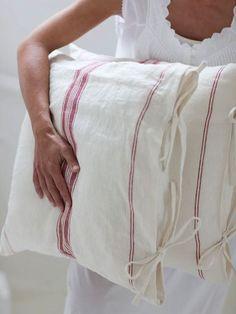 The easiest & cheapest vintage grain sack pillow covers ever! Linen Pillows, Linen Fabric, Linen Bedding, Bedding Sets, Hemp Fabric, Bed Linens, Decorative Pillows, Textiles, Linens And Lace