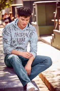 Der einmalige Alloverdruck bringt tropisches Summer-Feeling direkt in deinen Kleiderschrank – jedes Teil ist ein Unikat! Das angenehme Material sorgt für ein super softes Tragegefühl, perfekt zu Jeans oder Bermudas. Da kommt Urlaubsstimmung auf!