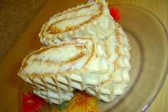 TO DO Rulada cu crema caramel si cocos Romanian Desserts, Romanian Food, Easy Desserts, Delicious Desserts, Dessert Recipes, Hungarian Cake, Russian Cakes, Creme Caramel, Bread Cake