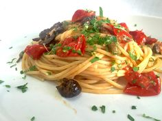#Spaghetti alla #Puttanesca #Espaguetis a la #Putanesca #Recetas #CocinaItaliana
