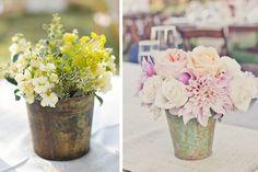 Para la decoración de la boda pueden utilizar cubetas de metal como base para los centros de mesa de la boda #bodas #elblogdemaríajosé #floresboda #centrosmesaboda #weddings
