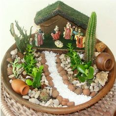 How can you design a mini garden? This question appears more and more frequently. Succulent Gardening, Succulent Terrarium, Terrariums, Succulents Garden, Gardening Tips, Fairy Garden Pots, Dish Garden, Garden Art, Garden Design